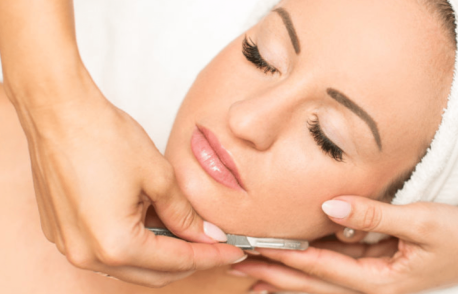 Dermaplaning gently buffs the top layer of dead skin cells away helps to reveal a brighter and smoother complexion leaving skin ultra-smooth and perfectly prepped for make-up, so it takes on an airbrushed finish.